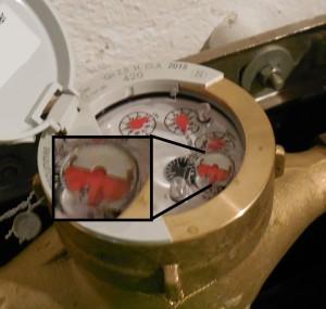 Wasseruhr mit metallischen Halbmond